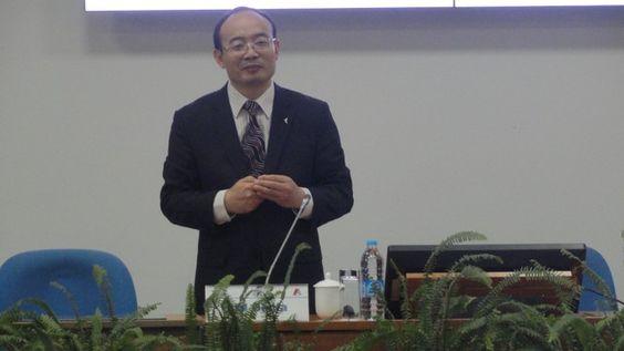 Profesor LIU GENFA, subdirector general del Departamento de Intercambio Internacional y Programas de Desarrollo del Instituto de Liderazgo y Preparación de Cuadros de Pudong, Shanghai.