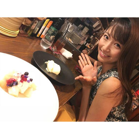 カフェでデザートを食べる三田友梨佳アナの画像