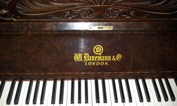 Altes Klavier Danemann & Co - London. Leider wurde das Klavier zuletzt nicht mehr regelmäßig benutzt und diente eher als Dekoration, daher ist es ein wenig verstaubt. Die 2 tiefsten (Bass) Tastentöne hängen gelegentlich. Einzelne Töne des Klaviers sind leicht verstimmt. Durch eine Reinigung im Inneren und eine Neustimmung lässt sich das Problem sicherlich beheben.