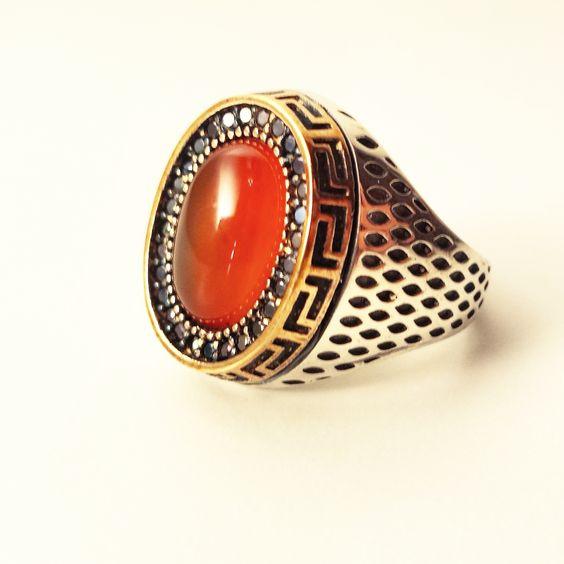 BAGUE ^AQIQ Les spécialistes des pierres précieuses disent à propos de l'agate, qu'elle a de nombreuses propriétés bénéfiques, parmi elles:  -Soulage le stress et les palpitations cardiaque  -Renforce le cœur et les yeux http://bazarboutik.fr/boutique/bijoux-pour-hommes/aqiq-red/