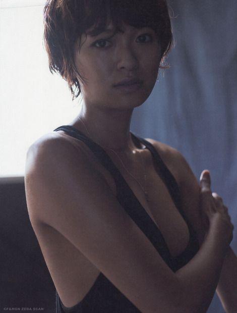 榮倉奈々黒い水着にショートカットがかっこいい画像