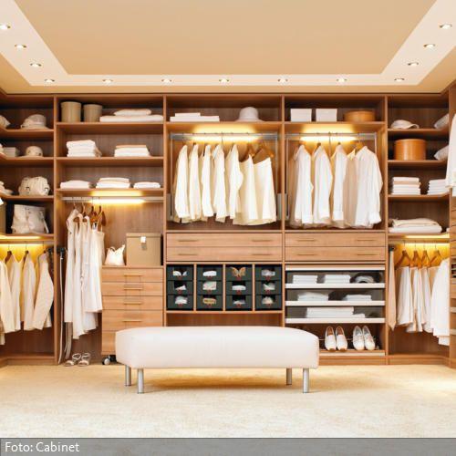 Einbauleuchten im Kleiderschrank sind besonders praktisch, denn oft fehlt das nötige Licht, um die Klamotten gut zu erkennen. Im begehbaren Kleiderschrank ist wegen oft fehlender Fenster das Licht ohnehin ein seltenes Gut und deshalb hier besonders sinnvoll. Eine kleine Polsterbank ist außerdem ein sehr dankbares Möbelstück im begehbaren Kleiderschrank.