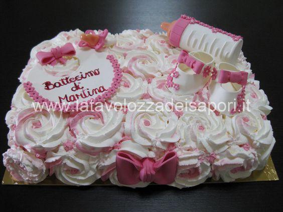 torta con rose di panna e decorazioni in pasta di zucchero