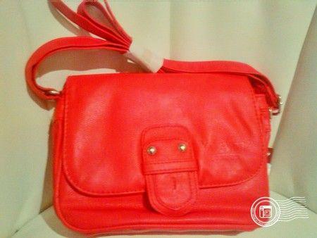 kleine Umhänge Tasche . YOUNG SPIRIT . Neu mit Etikett. Rot. ca. 18×22 cm