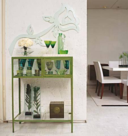 Em suas andanças, o artista plástico Wolnei Macena encontrou este armário ...