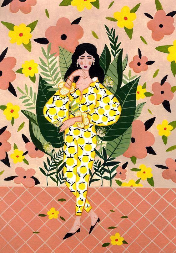 Julisteessa keltamekkoinen nainen seisoo persikan sävyisellä laatta lattialla, taustalla on roosan sävyinen seinä, jossa on vaaleanpunaisia ja keltaisia kukkia vihreiden lehtien seassa.