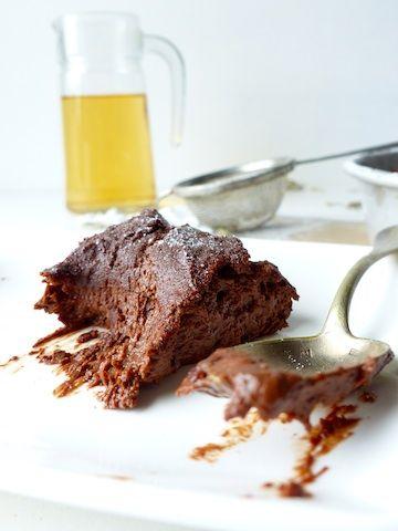 Fondant sans gluten au chocolat et pruneaux, à se damner!  Info photo : www.creation-stylisme-culinaire.com