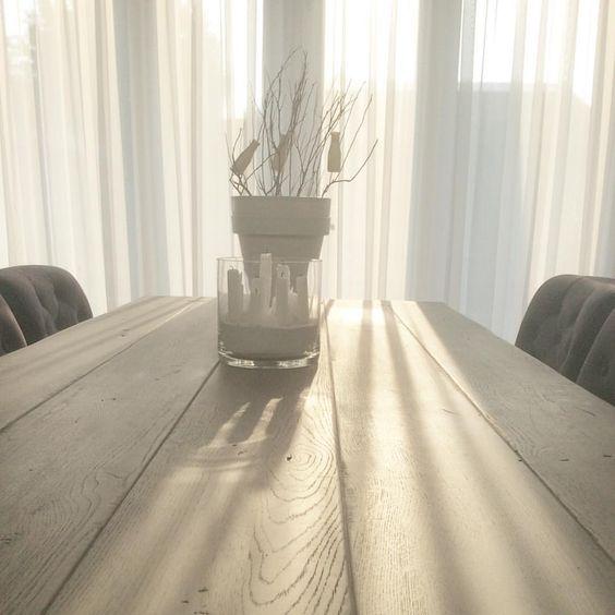 Hello sunshine✨☀️.... Heerlijk die ochtendzon binnen!! Loveit✨ #sun #moringsunshine #sunshine #hellosunshine #hellosun #licht #eetkamertafel #grey #takken #wood #hout #vitrage #wit #witwonen