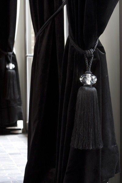 Black velvet curtains with crystal tiebacks bieke for Bieke vanhoutte interieur