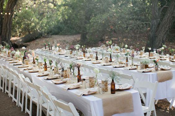 Des tables banquets décorées avec des chemins tables en jute sont du plus bel effet.  Commandez votre chemin table sur http://www.savethedeco.com/15-chemins-de-table