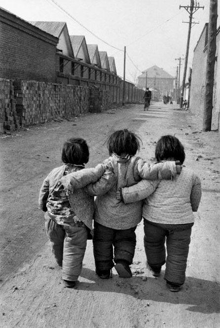 Par deux, par trois ou plus..., l'amitié, ça compte ! / Beijing. / Chine. / China. / Photo by Marc Riboud, 1957.