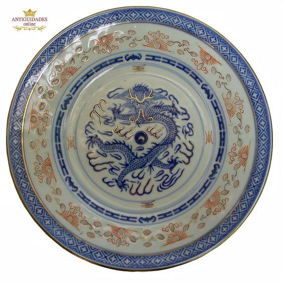 Prato de Porcelana Chinesa Dragão e Relevos forma de Arroz Pintado em Azul, Vermelho e Ouro.  http://www.antiguidadesonline.com/porcelana/pratos/porcelana-chinesa-001/index.php