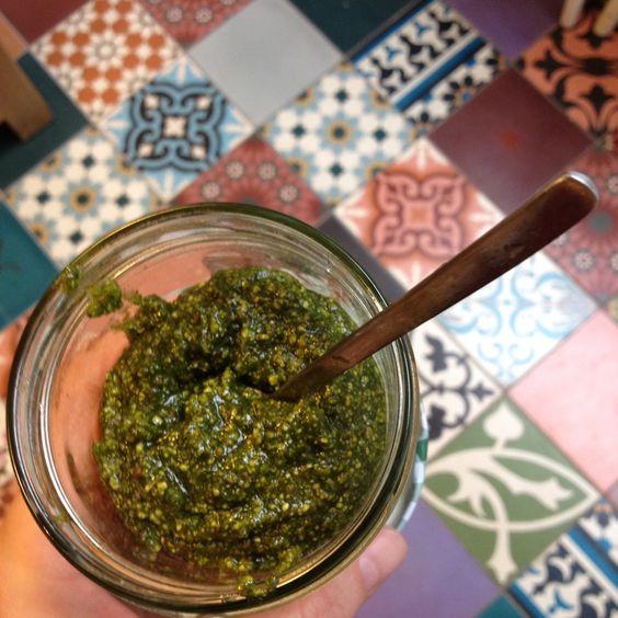 150gr gepelde pistachenoten, 100ml olijfolie, een handjevol basilicumblaadjes, een handjevol peterselieblaadjes, peper en zout in de blender fijnmixen en klaar! Gebaseerd op een recept uit het boek...