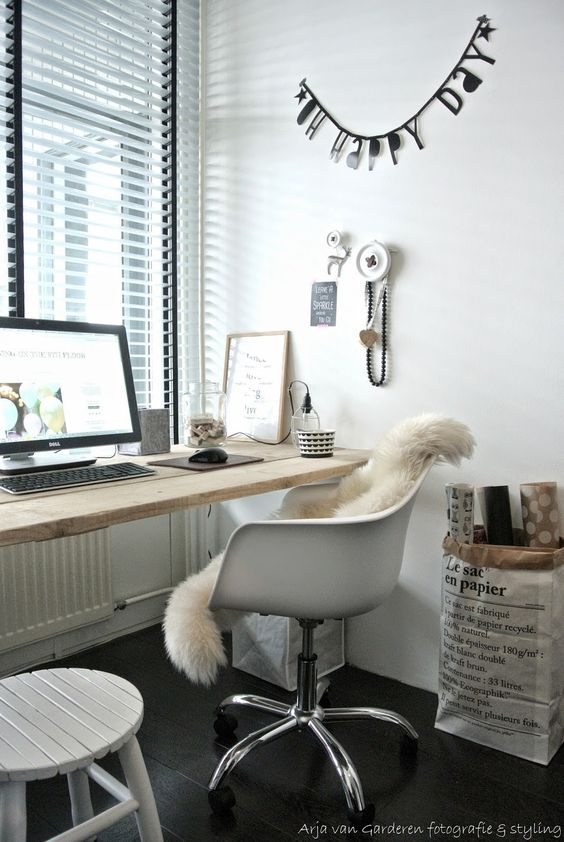 Cozy home office via Living on the 9th Floor.
