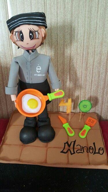 """El sábado estuvimos de cumple Manolo mi primillo cumplía 40 años Jajajaja se nos hace mayor así que quise sorprenderle con su Mini yo vestido de su oficio """"cocinero de catering""""en Endermar Pues ya podéis ver que sorpreson se llebo y como le gustó. Ese sería el primer regalo#artesanales#artesania#artesaniacat#gomaeva#fofuchas#cumpleaños"""