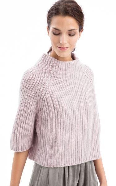 Der kurze kastige Pullover hat eine all-over Patentrippenstruktur und ¾ Ärmel. Er wird aus Cashmere-Rohgarn gestrickt, gefärbt und dann mit einer speziellen Te