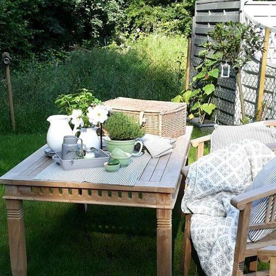 Genau da sitze ich jetzt , bevor der kurze Zwischenstop vom Sommer wieder vorbei ist. Den Quilt brauche ich definitiv nicht , aber wenn die Abende wieder kühler werden, ist er schön kuschelig. Genießt die Sonne! #deko #iblaursen #casablanca #mynte #lavanderhaze #grau #grün #onlineshop #quilt #garten  #outdoor #sommer #Blumen