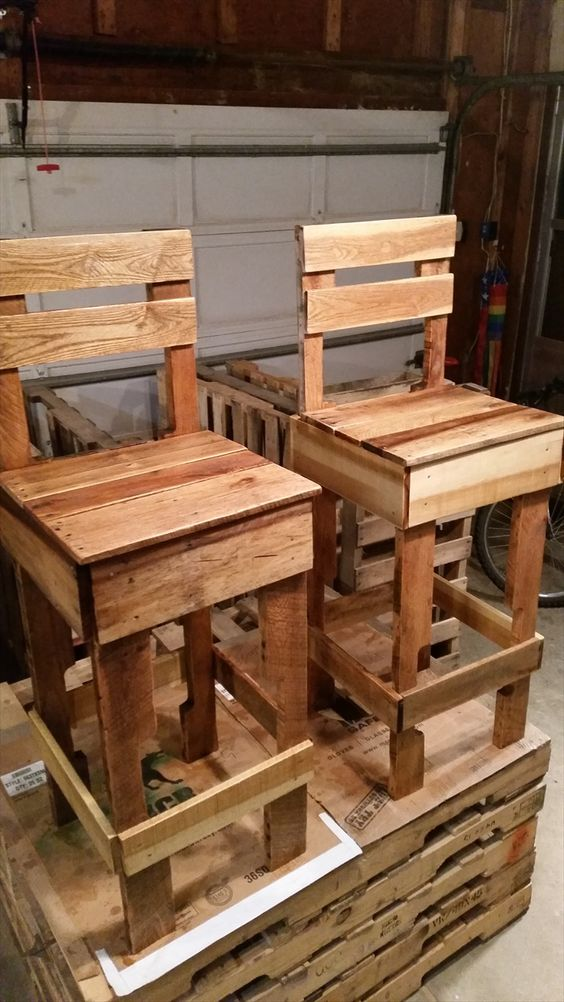 Pallet bar chairs 125 awesome diy pallet furniture for Pallet furniture projects