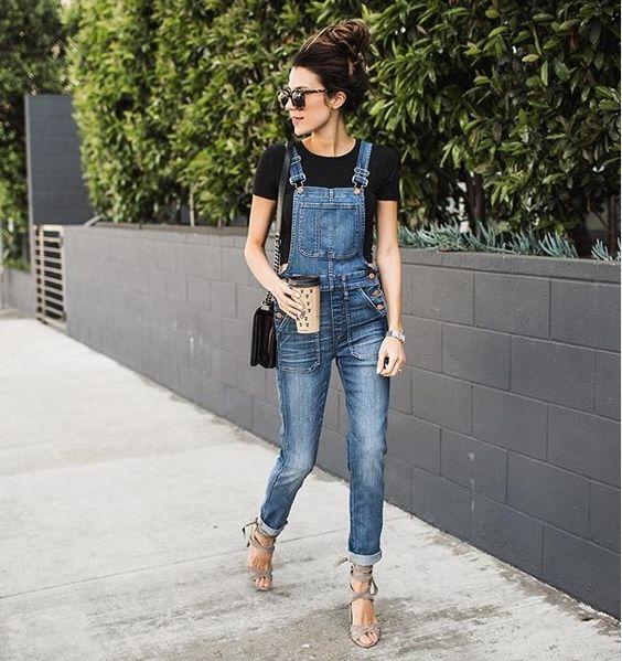 jardineira jeans tshirt preta salto nude: