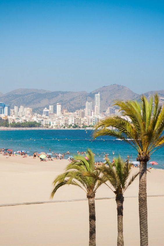 Zoek de zon op aan de Spaanse Costa Blanca! Geniet van het prachtige uitzicht over de Middellandse Zee 🌊 Wie neem jij met je mee?