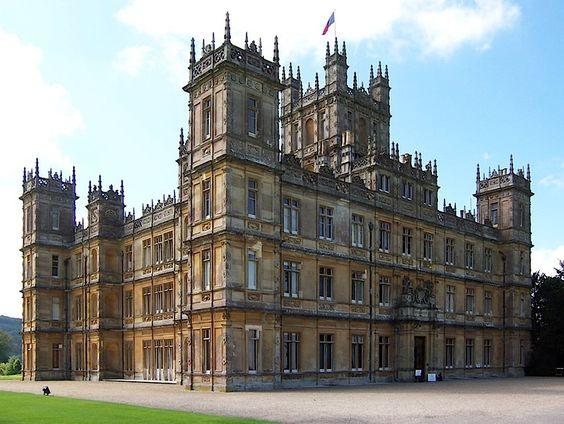 Le Château de Highclere, utilisé pour les scènes d'extérieur et certaines scènes d'intérieur.