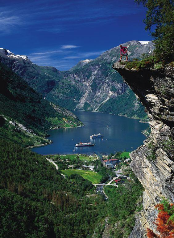 Vértigo. Esa es la palabra que mejor define la costa noruega, probablemente el lugar del mundo donde el diálogo entre la tierra y el mar es más fascinante.