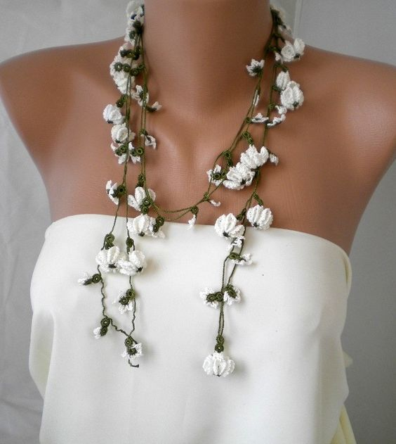 Crochet necklace with  White Dasies and Hyacinths