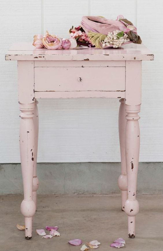 Rachel Ashwell Shabby Chic® chalk and clay paint. #pinktable #fleamarketfind #shabbychic