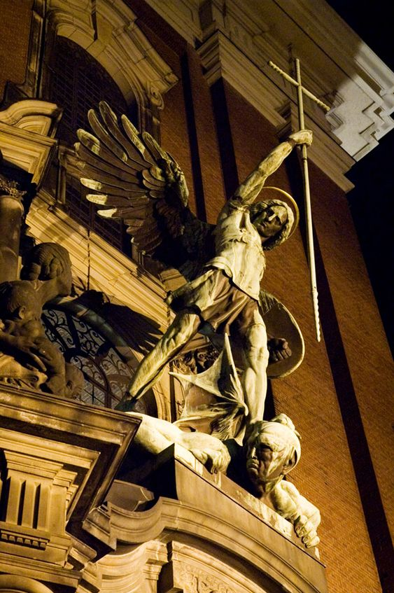 Estatua del arcángel Miguel de August Vogel en la iglesia de san Miguel en Hamburgo