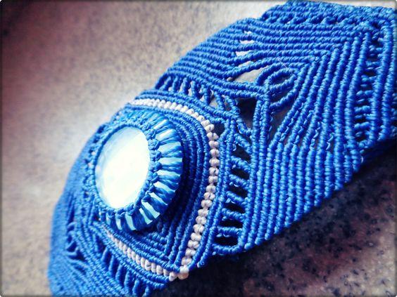 Bracelete feito com fio encerado. Criação própria.