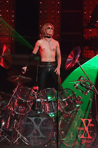 ステージで上半身裸でドラムを演奏しているXJAPAN・YOSHIKIの画像