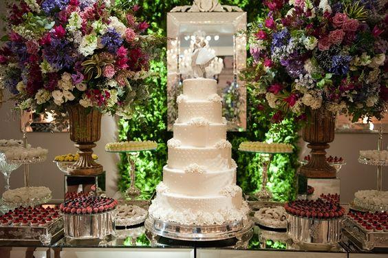Casamento moderno: bolo artístico de seis andares