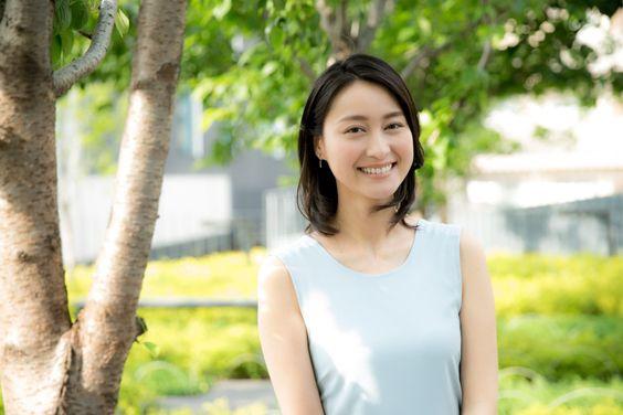 木の傍で薄いグリーンのワンピースを着ている小川彩佳のかわいい画像