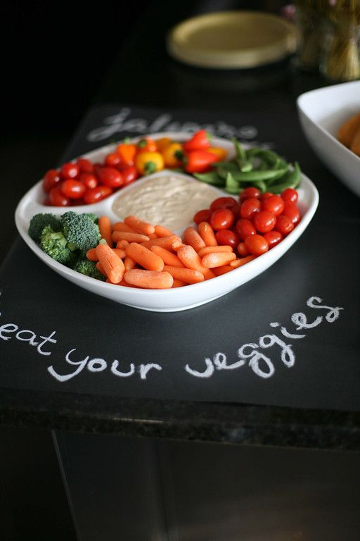 Use chalkboard wrapping paper as a tablecloth you can write on - #partyidea