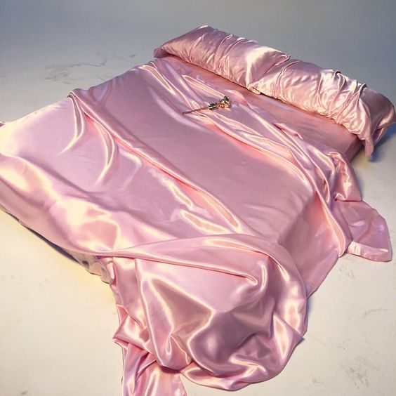 BEDROOM INSPIRATION AND IDEAS | SOYVIRGO.COM PINK SATIN BEDDING PILLOW FANCY