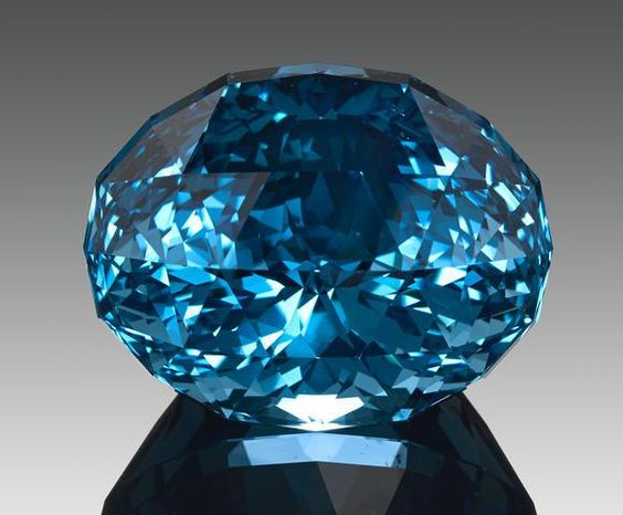 Exceptional Museum-Quality Blue Topaz. « A Member of the 100 Carats Club »
