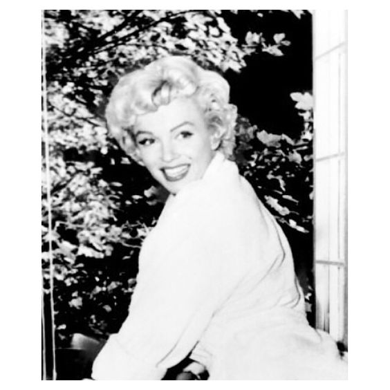 Marilyn photographed during the filming of The Seven Year Itch, 1954. #NormaJeaneBaker