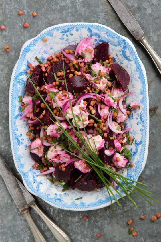 Punajuurinen mozzarellasalaatti // Beetroot & Mozzarella Salad Food & Style Sari Kalliomäki, Tyrniä ja tyrskyjä Photo Sari Kalliomäki www.maku.fi