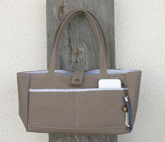 8号帆布で横長トートバッグを作りました。外側にポケット付きです。ポケットは真ん中で仕切りがあります。サイズは タテ15センチ、ヨコ27センチ、マチ10センチ。...|ハンドメイド、手作り、手仕事品の通販・販売・購入ならCreema。