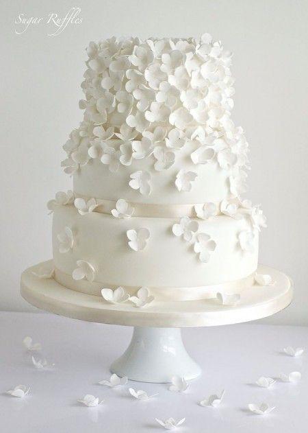 wedding cake / gâteau de mariage totalement blanc avec des fausses fleurs en sucre