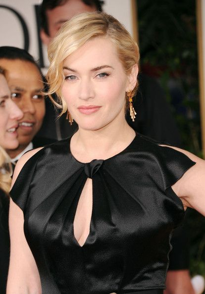 Kate Winslet looked stunning wearing her hair pulled back in a simple updo with flirty face-framing curls. Her makeup was done in luminous peachy-pink shades with eye-enhancing false lashes.