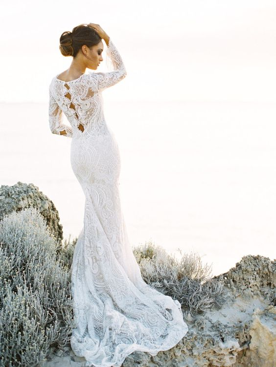 Beautiful lace and feathers on pinterest for Wedding dress with feathers on bottom
