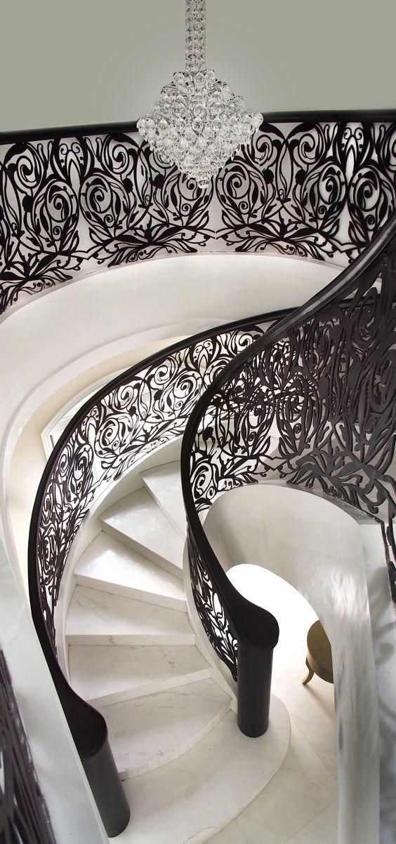 Baranda: Elemento de protección para balcones, escaleras, puentes u otros elementos similares.: