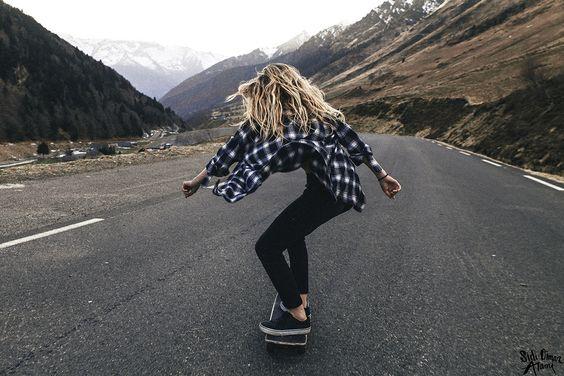 スケートボードと風になびく髪