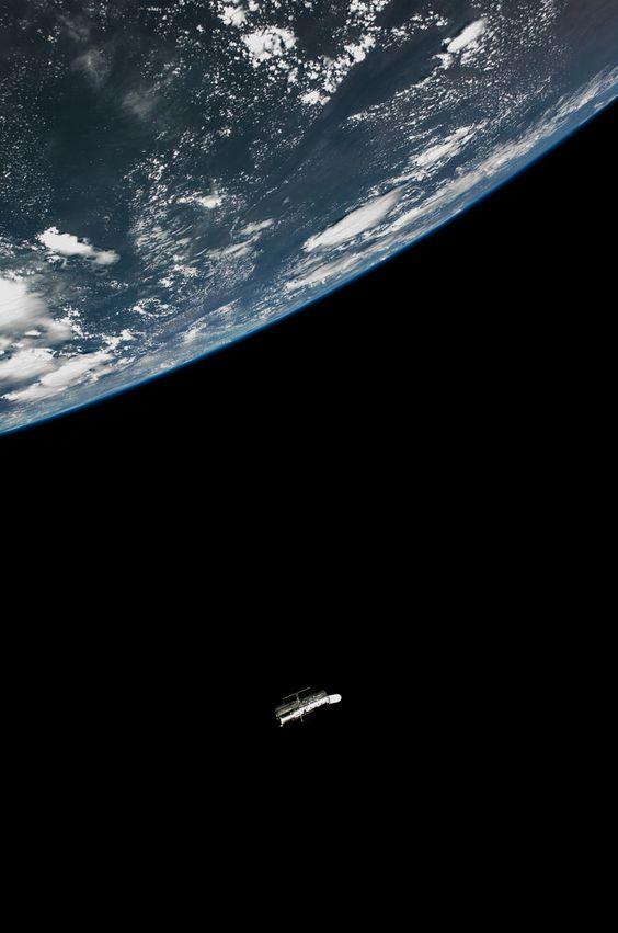 El telescopio espacial Hubble deslizándose fuera del Atlantis, la tripulación fue el último conjunto de seres humanos en ver el instrumento de cerca.