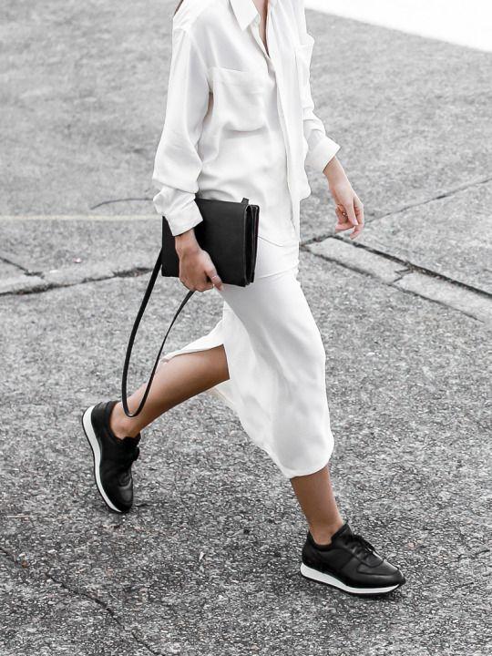 ลุคโมโนโครมสีขาวพร้อมสีดำตัดด้วยรองเท้าและกระเป๋า