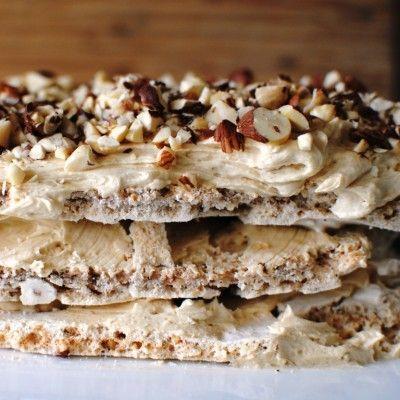 Nog niet in zijn geheel gemaakt, maar al wel het schuim als basis voor kleine dessertkoekjes, die ik van een toefje hazelnootpasta heb voorzien. Lekker!