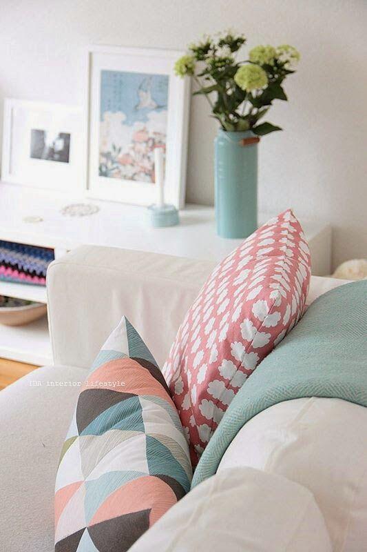 Wie wärs mit kuscheligen Kissen für deine Couch?