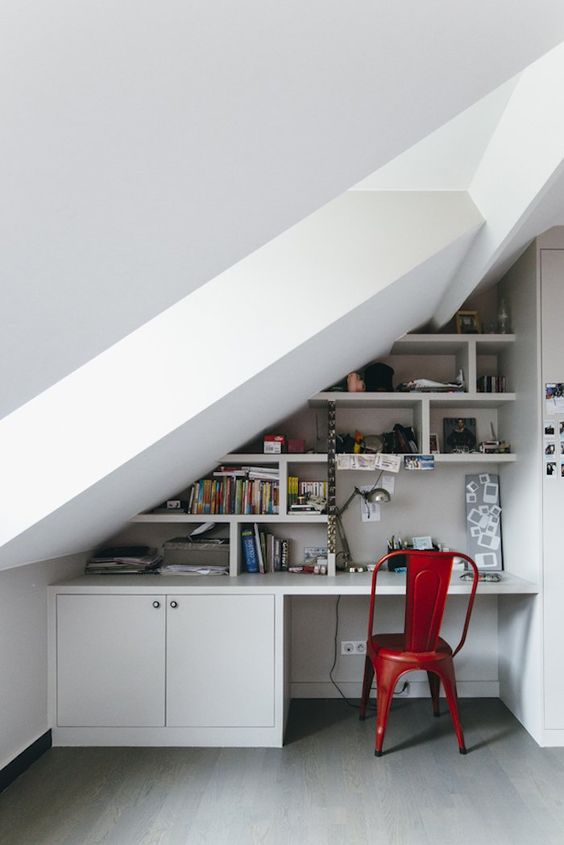 mydaylight de velux combles bureau amenagement coin bureau chaise rouge mur blanc blog deco design geek #velux #mydaylight #combles #bureau #desk #coinbureau #work #chaise #rouge #red #mur #blanc #white #deco #decoration #homedesign #homedecor #interieur #lumineux #interior