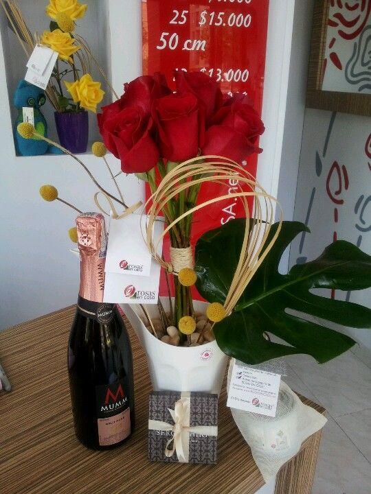 #Sorpresa - Un buen detalle para los amigos que se casan, vino espumoso rose, chocolates y un bonito arreglo de @Rosas En Casa. Tienda En Linea: www.RosasEnCasa.net